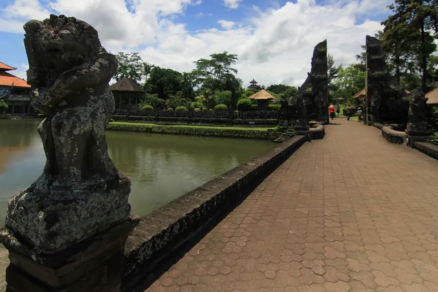 Jembatan yang akan membawa pengunjung ke gerbang masuk menuju halaman luar (jaba nista)
