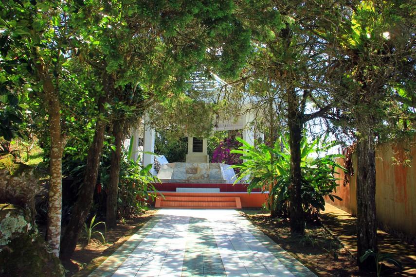 Makam memiliki luas sekitar 1 hektar dan berada di Kelurahan Wawalintouan, Tondano, Sulawesi Utara