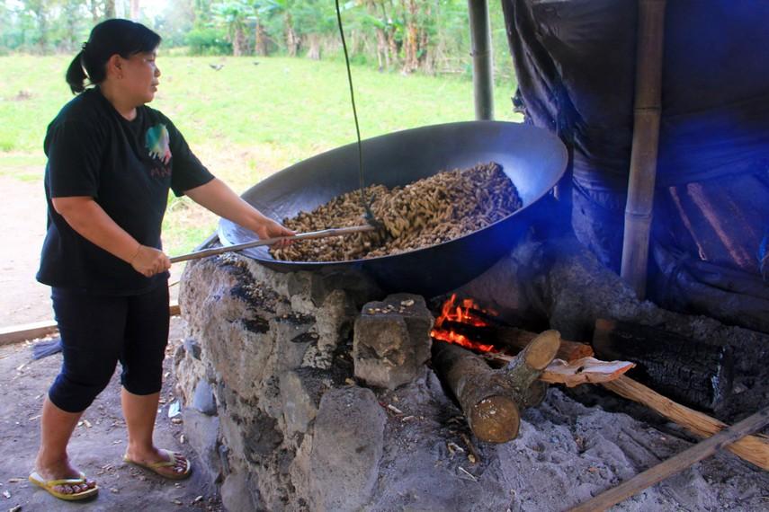 Kacang sangrai ini diolah dengan cara disangrai dalam sebuah wajan dengan diameter sekitar 1,5 meter