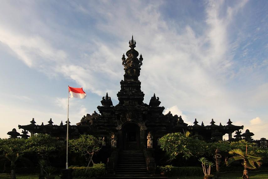 Monumen ini memiliki ketinggian 45 meter yang melambangkan tahun kemerdekaan Republik Indonesia