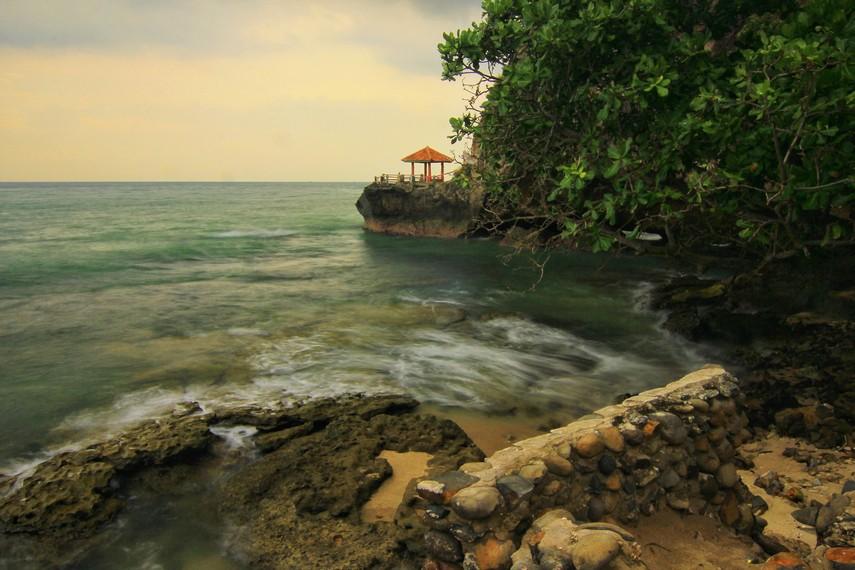 Pantai Karang Bolong berjarak 50 km dari Kota Serang atau 140 km dari Jakarta