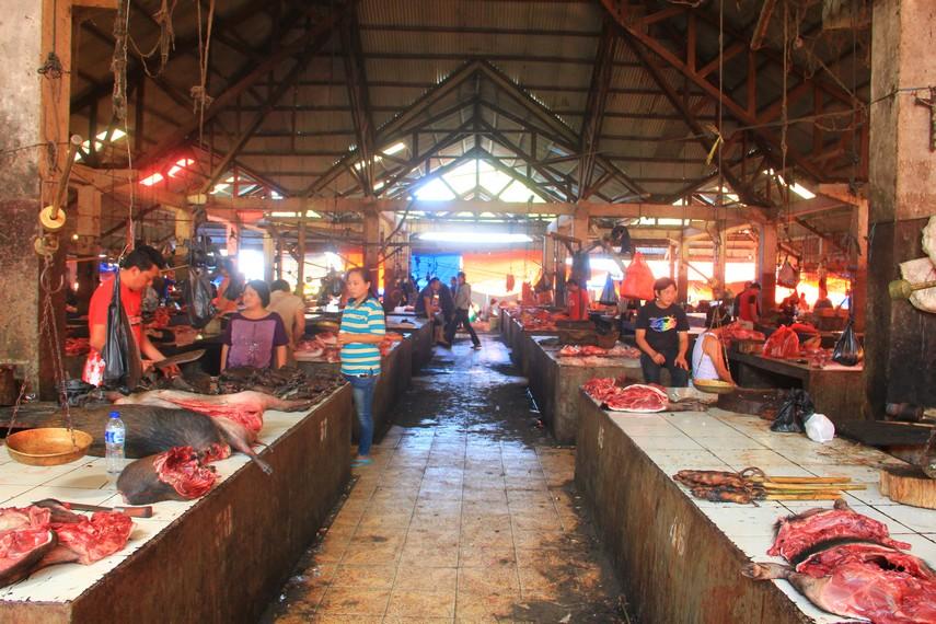 Bagian belakang Pasar Tomohon menjual aneka jenis daging yang tidak biasa seperti salah satunya daging kelelawar