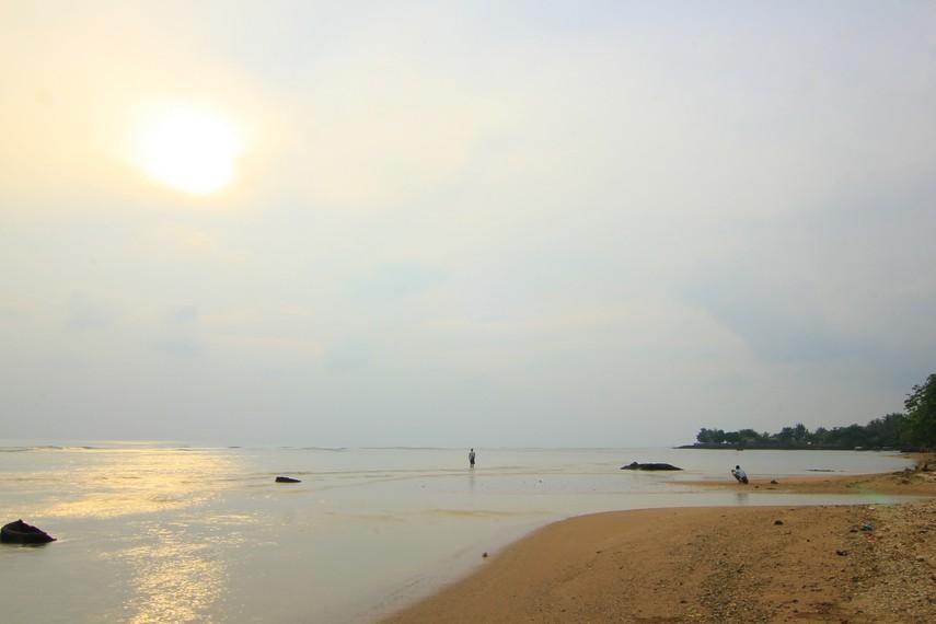 Memandangi lautan lepas dari pinggir pantai sambil menunggu detik-detik matahari tenggelam menjadi hal yang menyenangkan di pantai ini