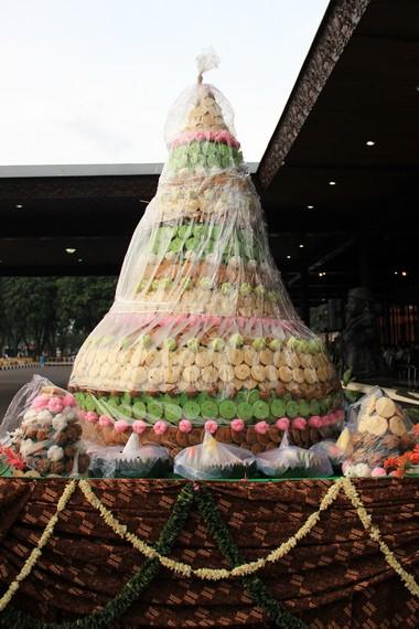 Gunungan sebenarnya menjadi sebuah simbol dari kemakmuran Keraton Yogyakarta yang akan dibagikan kepada masyarakat