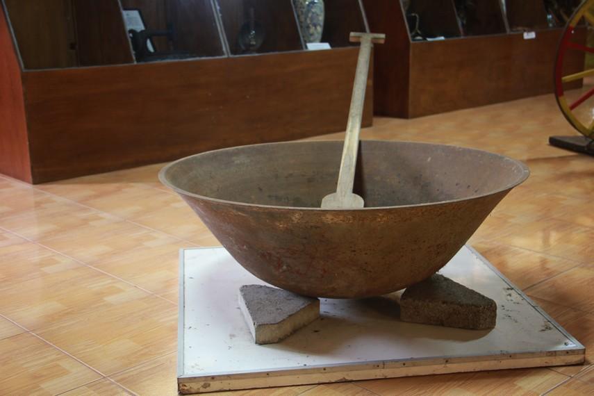 Wajan menjadi salah satu alat masak tradisional masyarakat Minahasa yang dipamerkan di museum ini