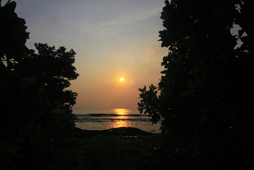 Wisatawan yang datang ke Pulau Peucang sengaja datang kesini hanya untuk menyaksikan indahnya matahari tenggelam