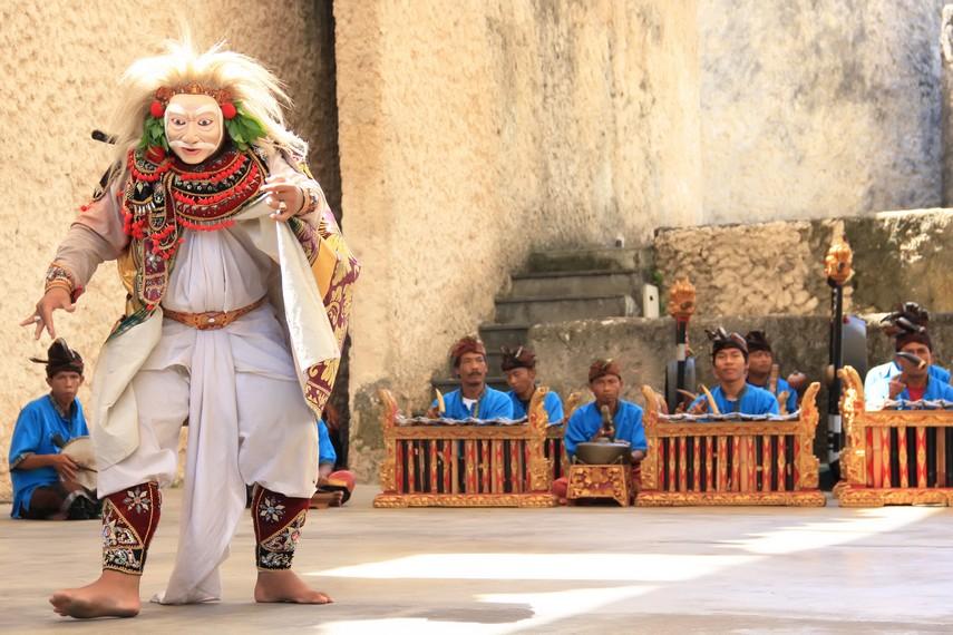 Dalam tari ini, sang penari akan berjalan dan menari berkeliling panggung dengan gerakan yang lambat