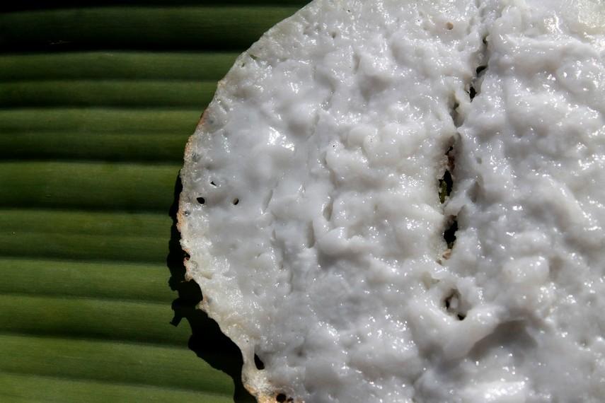 Sisi bagian atas serabai berwarna putih dengan tekstur yang lebih lembut dibandingkan dengan serabi asal Pulau Jawa
