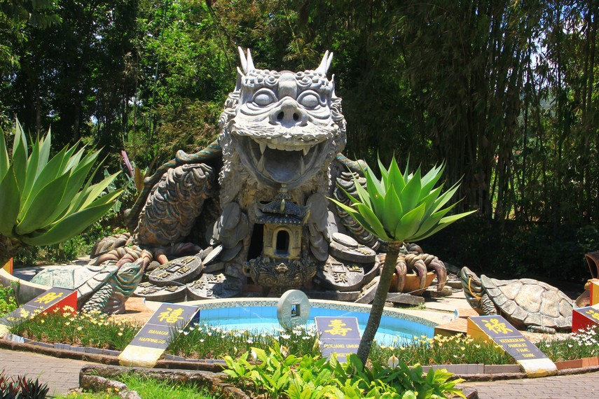Tidak jauh dari lokasi Pagoda terdapat kolam yang dilengkapi dengan air mancur kolam ini dipercaya mendatangkan keberuntungan dan rejeki