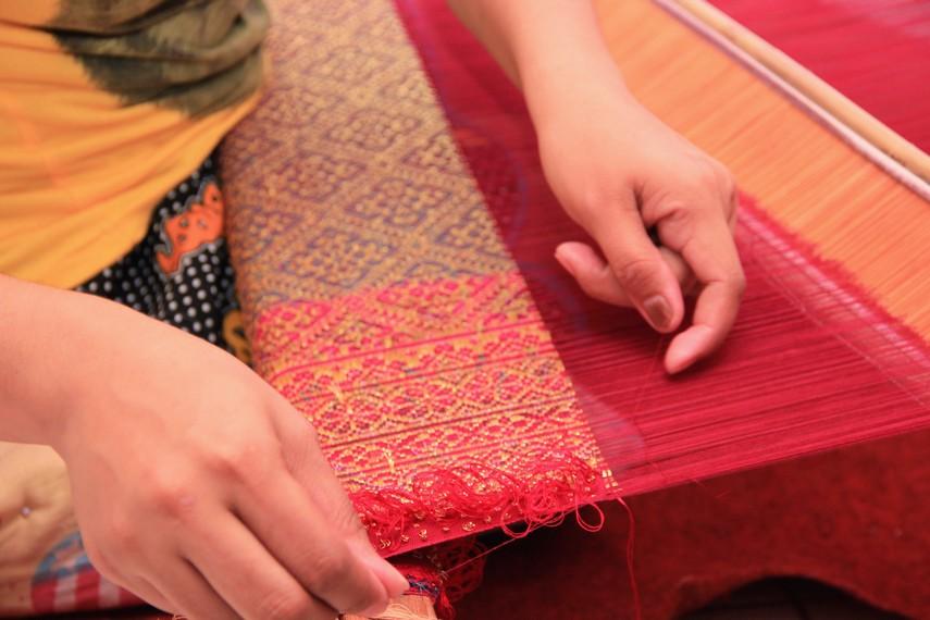 Motifnya yang lebih rumit merupakan ciri khas songket Palembang jika dibandingkan dengan kain songket dari daerah lain