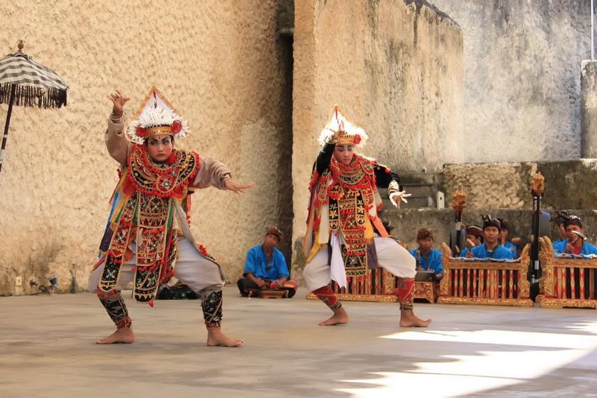 Selain tari baris ritual, juga berkembang jenis tari baris yang dipentaskan sebagai hiburan rakyat