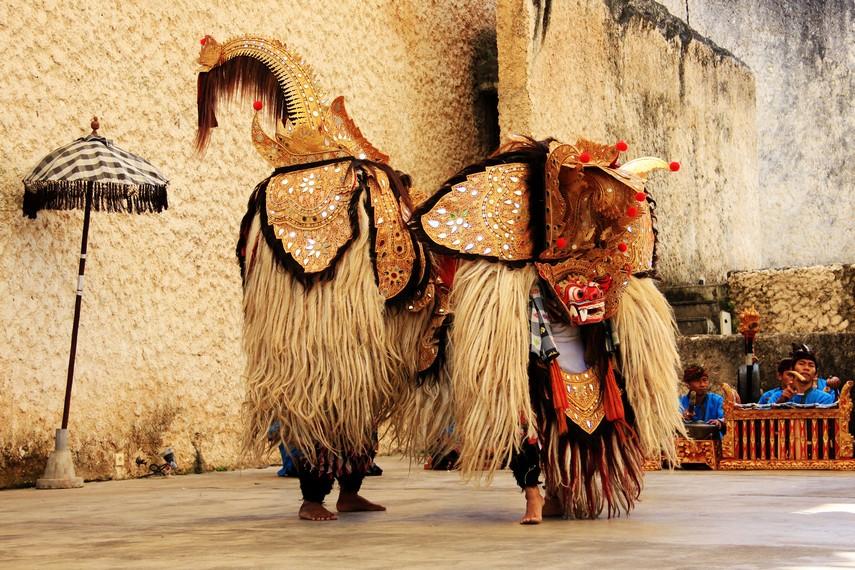 Tari barong rangda merupakan salah satu varian Tari Barong yang sederhana dan singkat