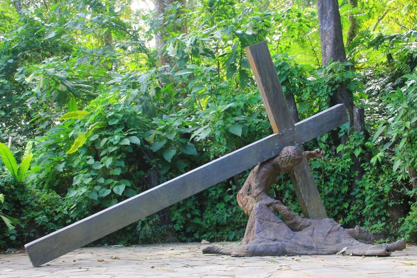 Di setiap titiknya terdapat diorama yang menggambarkan kejadian yang dialami Yesus ketika ingin disalib di Bukit Golgota