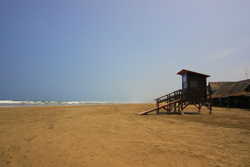 Tekstur pasir di Pantai Bagedur yang keras dan padat dapat dilalui dengan motor ataupun mobil hingga ke bibir pantai