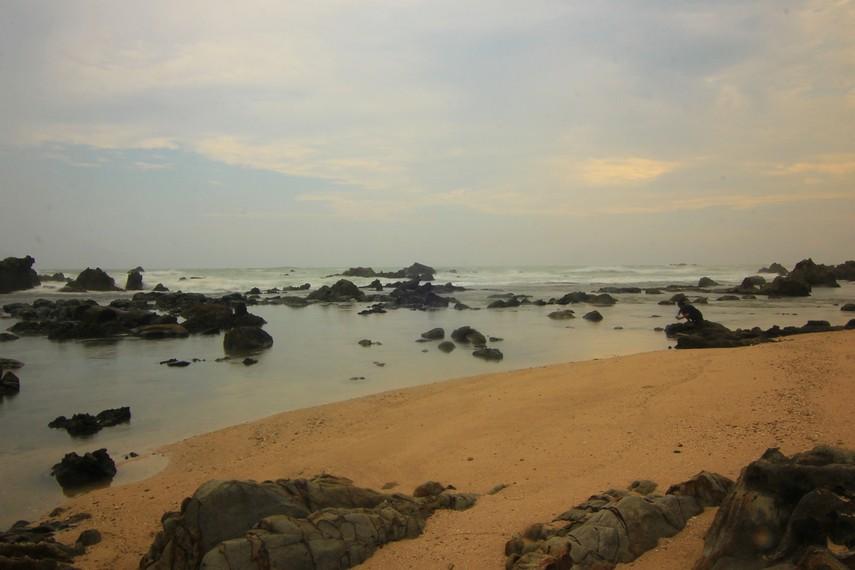 Pantai Karang Songsong terletak di Desa Cibobos, Kecamatan Panggarangan, berjarak 2 jam dari Kota Rangkasbitung