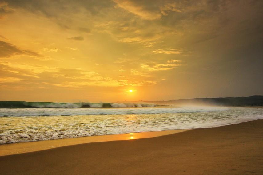 Hamparan pasir dengan garis pantai mencapai 5 km bisa dirasakan saat baru tiba di area pantai ini