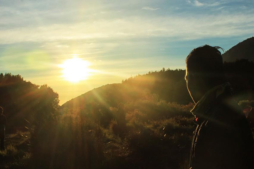 Menikmati sunset dari ketinggian Gunung Papandayan menjadi pemandangan yang mengundang sensasi tersendiri