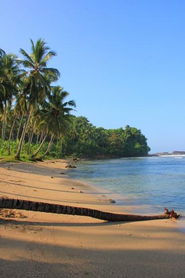 Satu yang unik dari pantai ini adalah letaknya yang berada di balik perbukitan