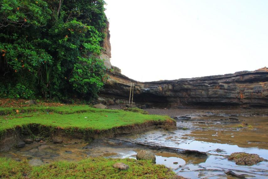 Layaknya anak tangga, Karang Taraje juga bisa dinaiki oleh wisatawan yang datang ke destinasi ini