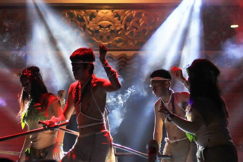 Gerak tari Kubu bertumpu pada gerakan tangan dan hentakan kaki dari para penarinya