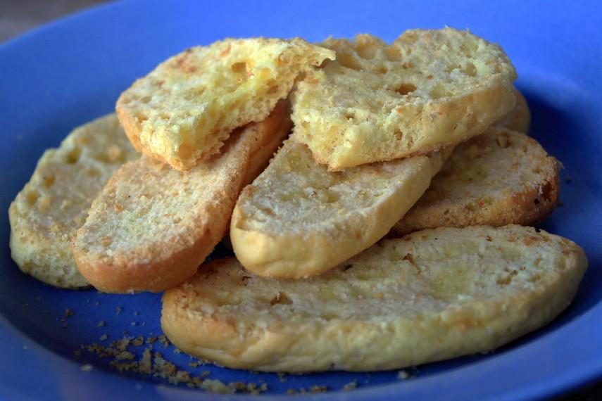 Roti Bagelan terbuat dari bahan utama roti manis yang dibentuk bundar maupun panjang