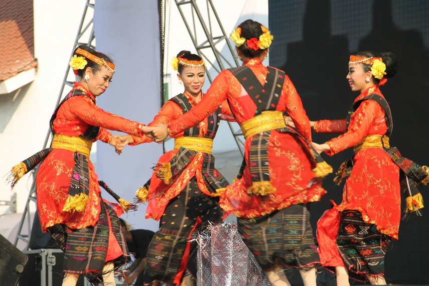 Para penari tandok umumnya perempuan mengenakan pakaian tradisional Batak yang didominasi warna hitam dan merah