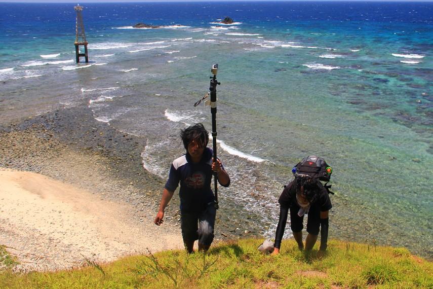 Melangkah hingga ke titik pendakian yang berada di sisi pulau untuk mendapatkan pemandangan yang indah