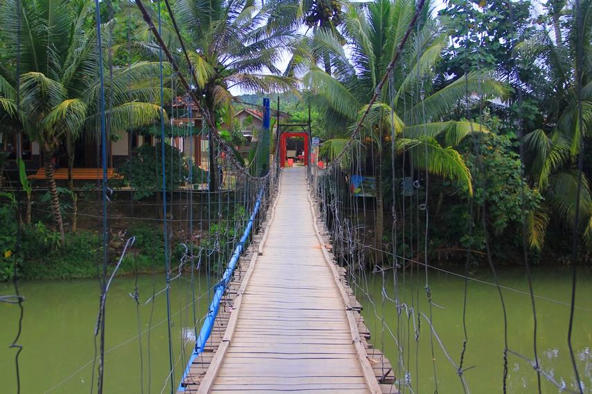 Pusat wisata Desa Sawarna terdapat di Kampung Cikoneng yang dipisahkan oleh sungai dan dihubungkan dengan jembatan gantung