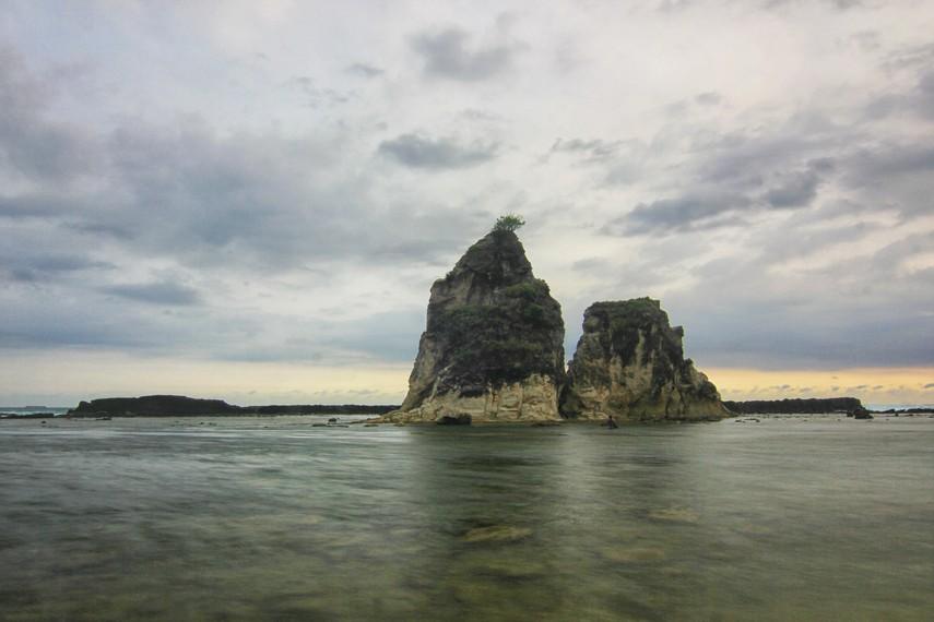 Tebing dengan ketinggian mencapai sekitar 20 meter di bagian tengah pantai seperti menyita perhatian mata kita untuk melihatnya