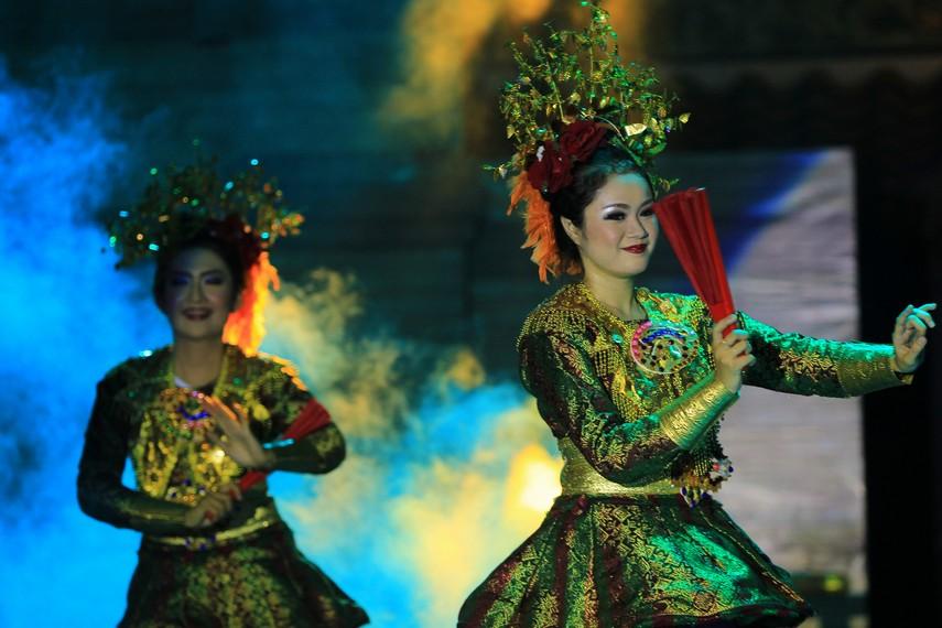 Dari garapan kostum, tari rampak kipas songket brada menggunakan baju kurung khas Palembang yang telah dimodifikasi