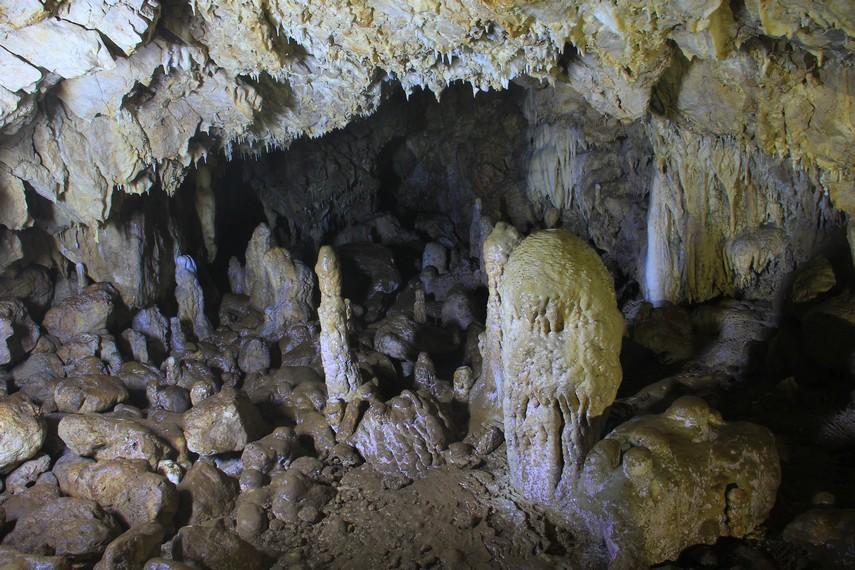Jangan lupa membawa perlengkapan seperti senter dan alat penerang lainnya saat berada di gua ini