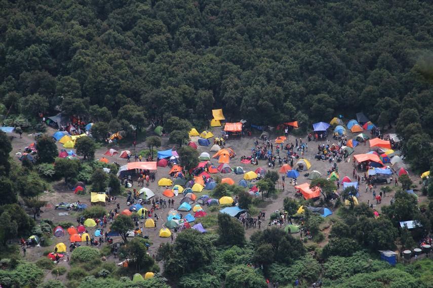 Pemandangan para pendaki yang mendirikan kemah di Pondok Saladah bisa kita lihat dari puncak Tegal Alun