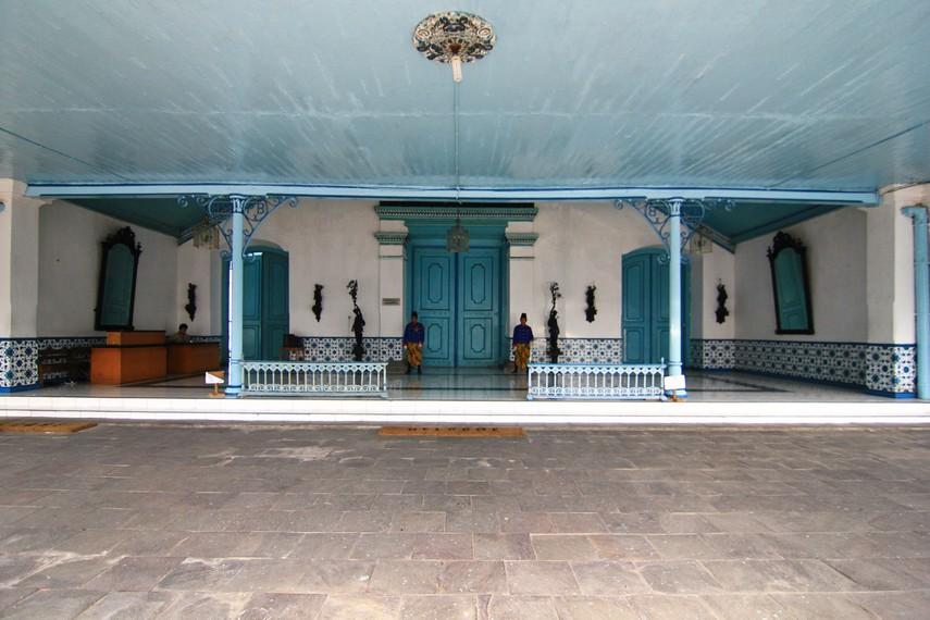 Kori Kamandungan merupakan pintu masuk berbentuk kupu-kupu tarung. 'Kamandungan' berasal dari kata 'mandung' yang berarti berhenti
