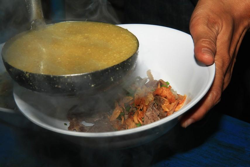 Kuah empal gentong sedikit kental karena terdapat campuran santan yang terdapat di dalamnya