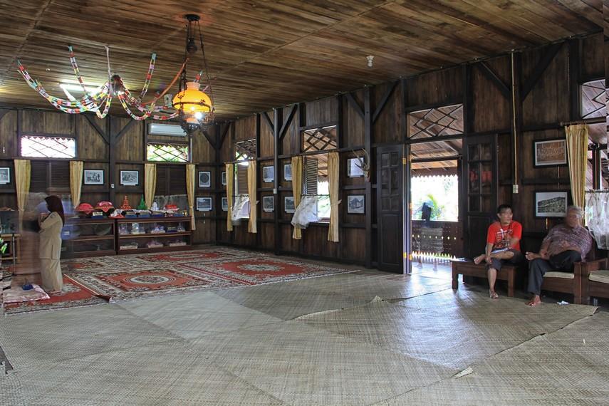 Lantai dalam ruang utama ditutupi oleh alas tikar yang menjadi salah satu ciri khas rumah-rumah di Belitung