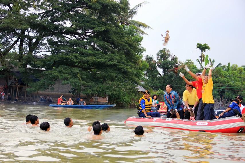 Lempar bebek merupakan salah satu tradisi dalam perayaan pehcun bagi peranakan Tionghoa di sekitar Sungai Cisadane