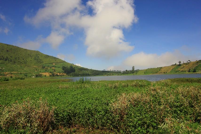 Letak Telaga Merdada berada di antara dua bukit, yaitu Bukit Pangonan dan Bukit Semurup