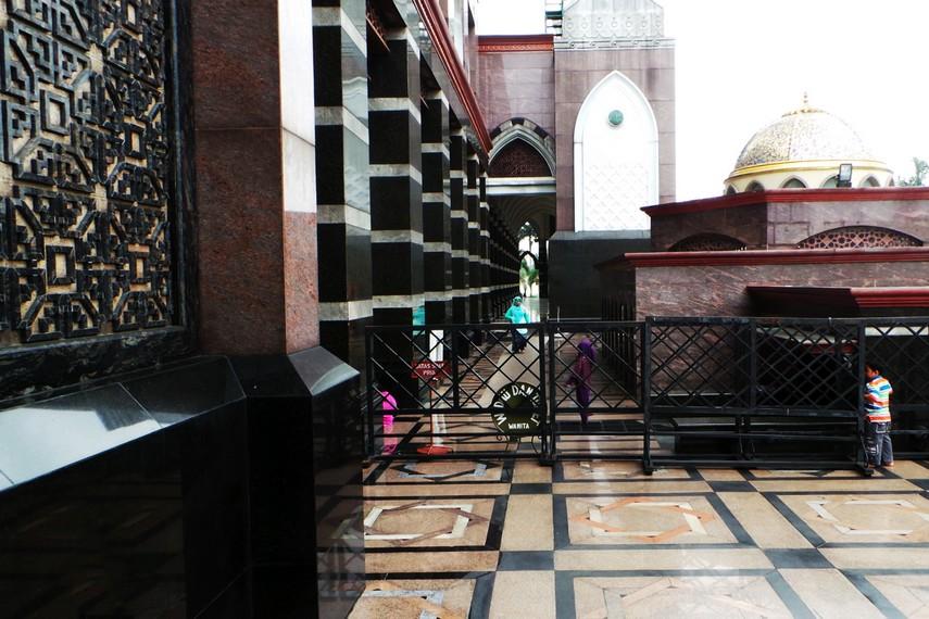 Luas bangunan masjid sendiri sekitar 800 meter dengan taman yang luas di sekelilingnya