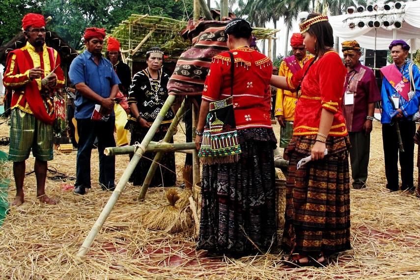 Masyarakat Desa Toro bersama dengan <i></noscript><img class=