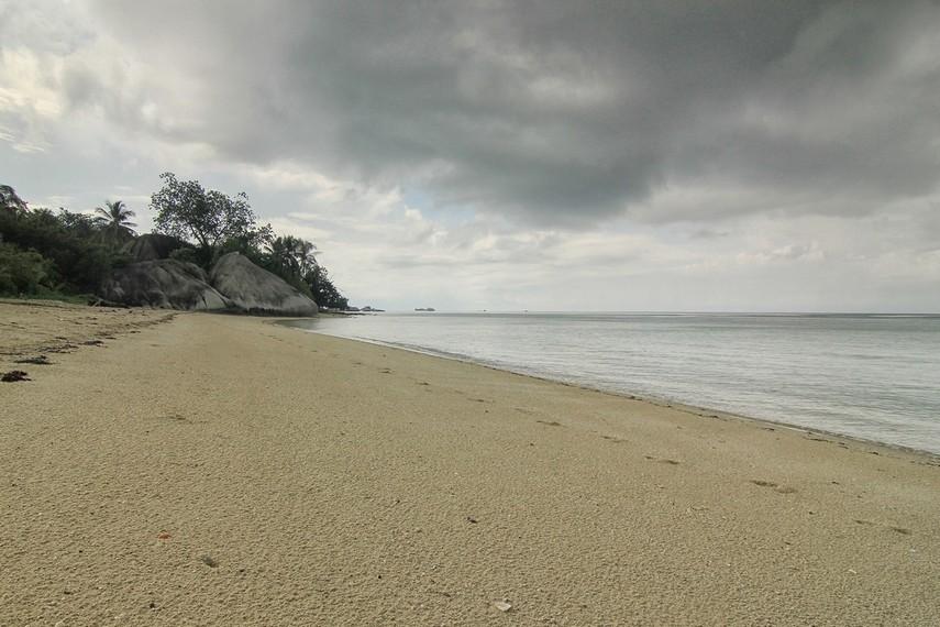 Memandangi laut lepas dan melihat pemandangan batu granit menjadi alternatif kegiatan di pulau ini