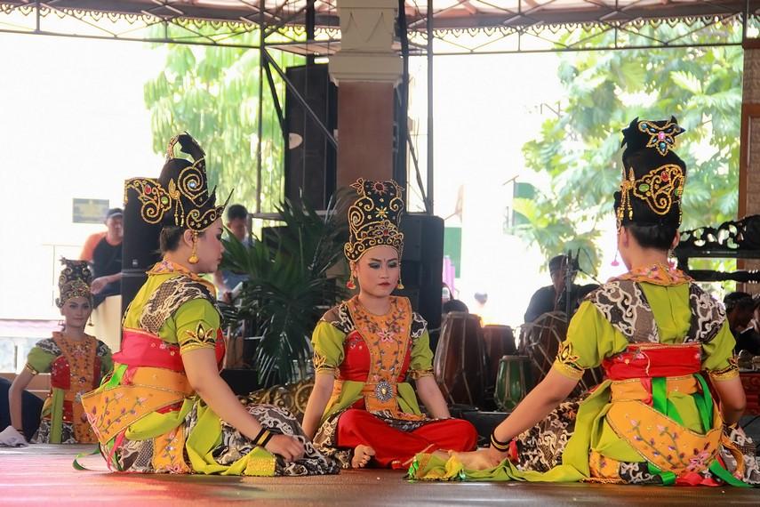 Pada awal tarian, tiga orang penari perempuan duduk bersila di tengah panggung