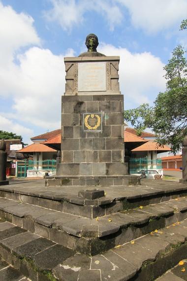 Pada bagian depan museum, terdapat patung Rangga Warsita, seorang pujangga besar yang hidup di Surakarta pada abad 19