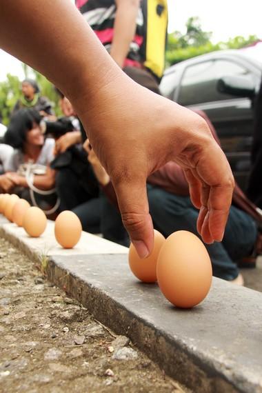 Pada waktu Twan Ngo, diyakini terdapat gaya tarik menarik antara matahari dan bumi sehingga telur bisa berdiri pada bagian ujungnya