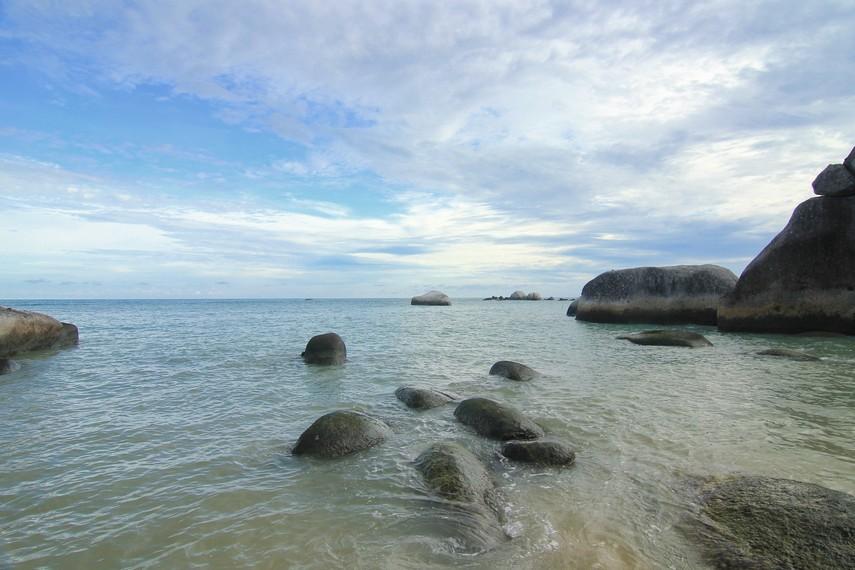 Pantai Penyabong memiliki ombak yang besar dan ini sedikit berbeda dengan pantai-pantai yang ada di Belitung