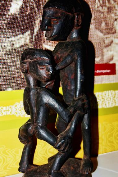 Patung kewenak merupakan seni patung yang dibuat untuk mengenang suatu peristiwa yang terjadi di dalam keluarga