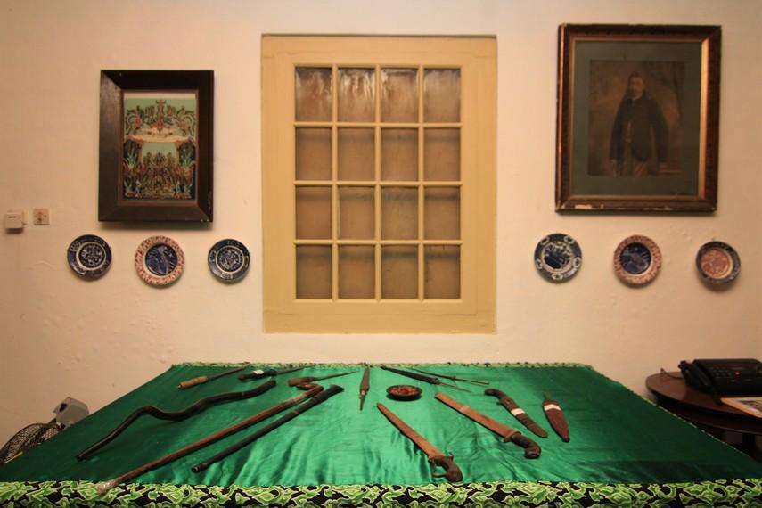 Pedang dan keris menjadi salah satu penghias di sudut Keraton Kacirebonan