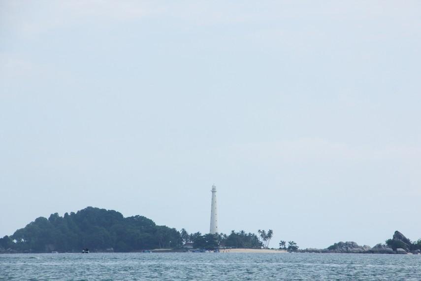 Pemandangan Mercusuar dari tengah laut yang terdapat di Pulau Lengkuas