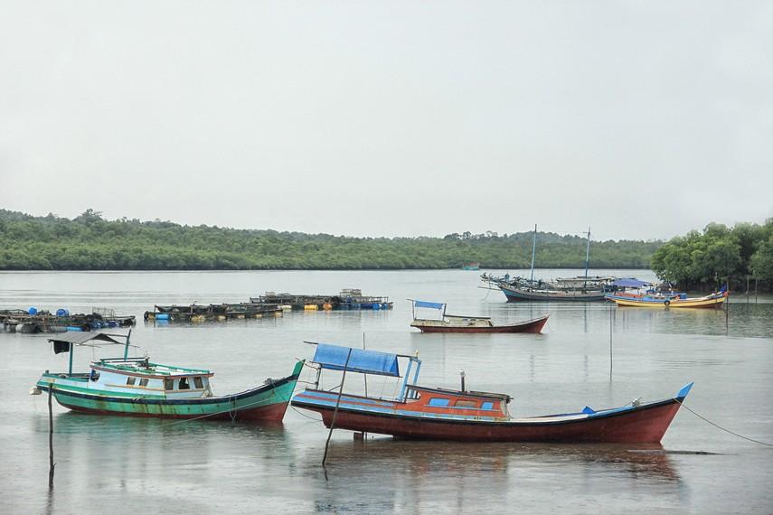 Pemandangan kapal-kapal nelayan yang bersandar di pinggir pantai dapat dilihat dari rumah adat Selat Nasik