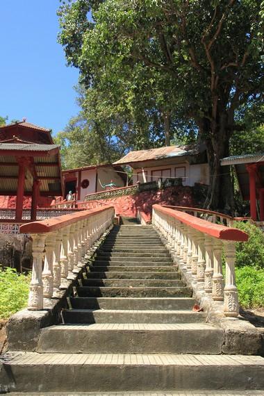 Pengunjung harus menaiki anak tangga terlebih dahulu untuk sampai ke tempat sembahyang di Vihara Dewi Kwan Im