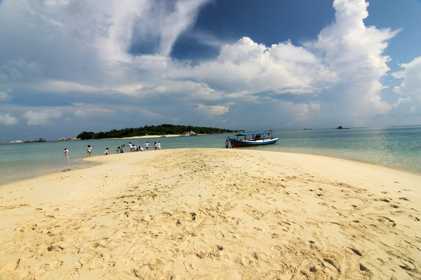 Pulau Pasir hanya berupa gundukan pasir yang berada di tengah-tengah lautan dan memiliki pemandangan indah di sekitarnya